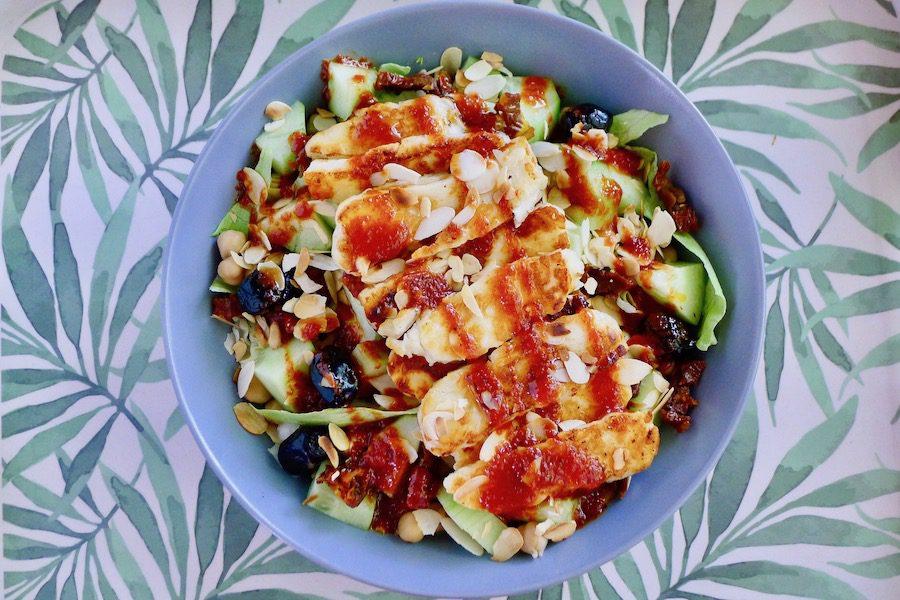 Kikkererwten salade met halloumi en tomatendressing recept van claudiaskeuken.nl ~ minder koolhydraten, maximale smaak ~ www.con-serveert.nl
