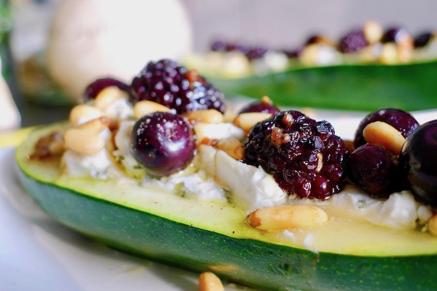 Gevulde courgette met geitenkaas en bosbessen recept ~ minder koolhydraten, maximale smaak ~ www.con-serveert.nl