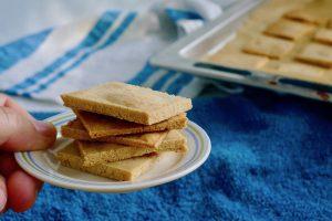 Keto amandelcrackers recept ~ minder koolhydraten, maximale smaak ~ www.con-serveert.nl
