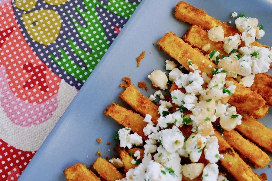 Koolraap frietjes uit de oven met feta en macadamia noten