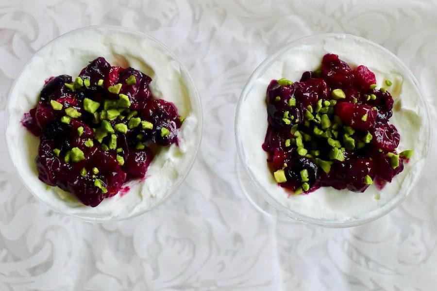Zoete geitenkaas mousse met geroosterde cranberries en bosbessen recept ~ minder koolhydraten, maximale smaak ~ www.con-serveert.nl