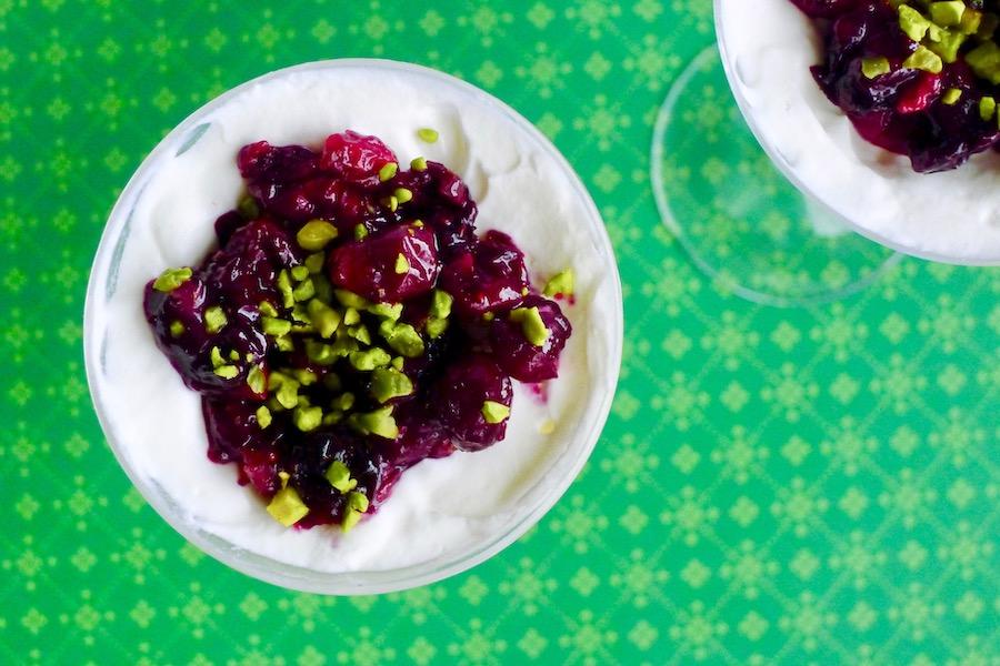 Zoete geitenkaas mousse met geroosterde cranberry's