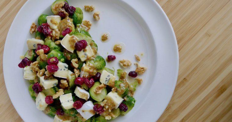 Spruitjes salade met blauwe kaas en cranberry's