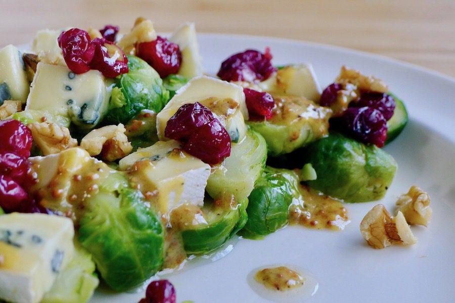 Lauwwarme spruitjes salade met verse cranberry's en blauwe kaas recept - vegetarisch koolhydraatarm genieten begint bij www.con-serveert.nl