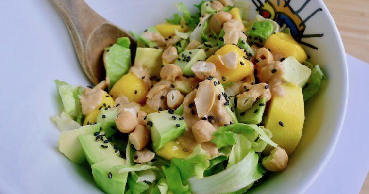 Andijviesalade met avocado, mango en cashewnoten