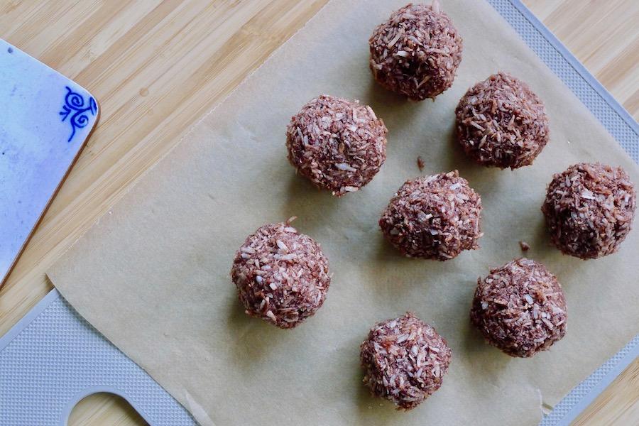 Chocolade kokos balletjes recept - vegetarisch koolhydraatarm genieten begint bij www.con-serveert.nl