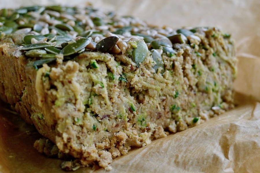 Courgette pindakaasbrood recept - vegetarisch koolhydraatarm genieten begint bij www.con-serveert.nl
