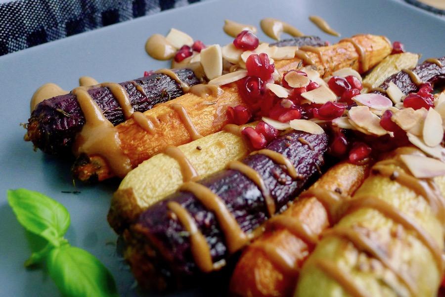 Geroosterde wortels met miso tahini saus recept - minder koolhydraten, maximale smaak - www.con-serveert.nl