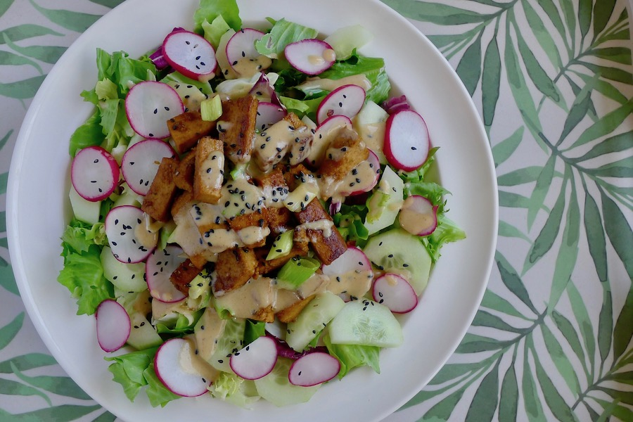 Limoen tofu salade met komkommer en radijs