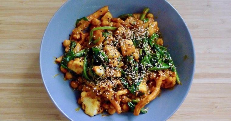 Kikkererwten curry met oesterzwam, spinazie en halloumi
