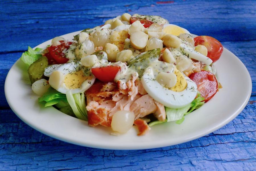 Salade met warm gerookte zalm en macadamia noten recept, koolhydraatarm ~ minder koolhydraten, maximale smaak ~ www.con-serveert.nl