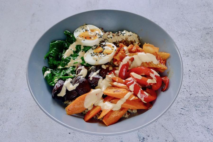 Quinoa bowl met miso tahin dressing recept ~ minder koolhydraten, maximale smaak ~ www.con-serveert.nl