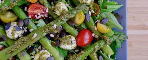 Salade caprese met groene asperges