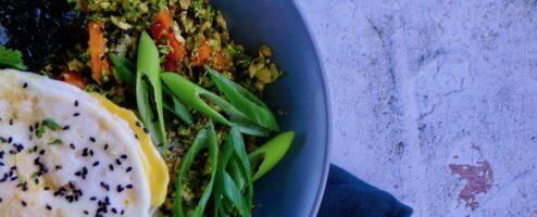 Broccolirijst met kimchi en een gebakken ei