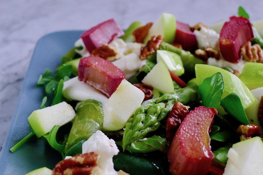 Salade met rabarber, asperges en burrata recept ~ minder koolhydraten, maximale smaak ~ www.con-serveert.nl